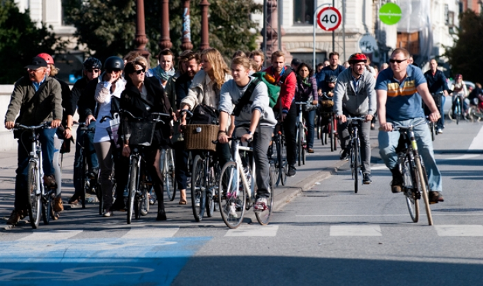 Cyclists in Copenhagen waiting on a signal change. Image: Wikimedia Commons/Heb